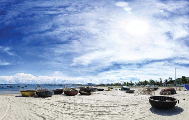 Covid-19 lại bùng phát khiến nhiều địa điểm du lịch vắng lặng. Trong ảnh: bãi biển Mỹ Khê (Đà Nẵng)
