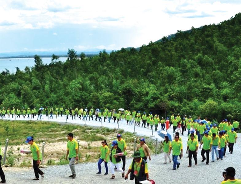 Người dân, du khách nườm nượp đến Vũng Chùa - Đảo Yến dâng hương tưởng nhớ Đại tướng Võ Nguyên Giáp.